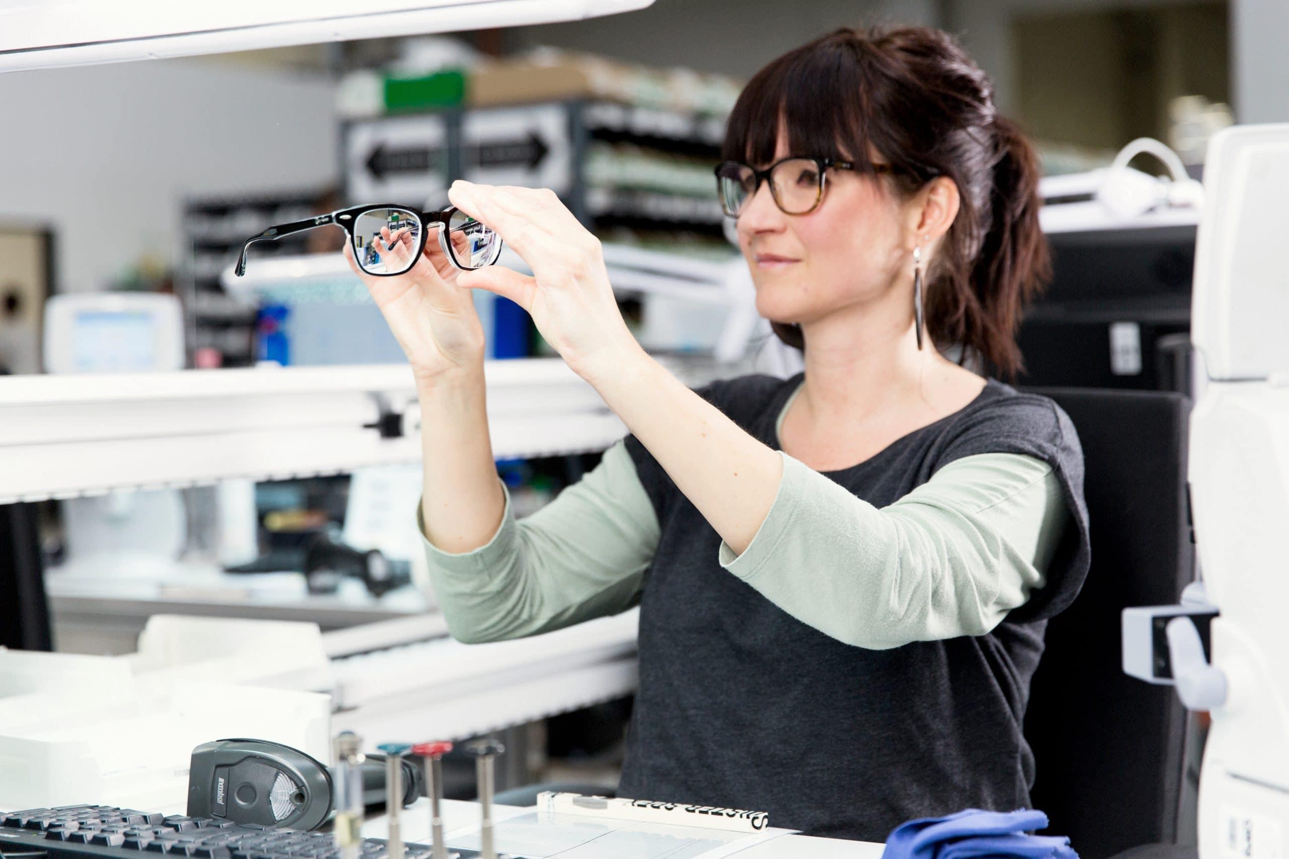 Bild zur Endkontrolle einer Brille bei Mister Spex