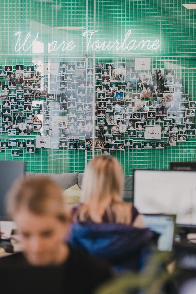 Das Bild zeigt eine Bürosituation bei Tourlane