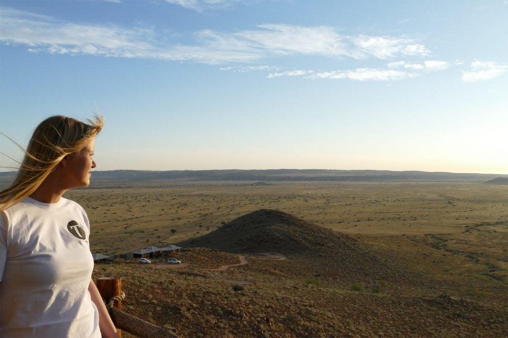 Das Bild zeigt eine Reisedestination und eine Mitarbeiterin von Tourlane